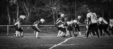 En linje av närkamp om bollen under en amerikansk fotbollsmatch i Frankrike Royaltyfri Foto