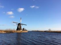 En linje av väderkvarnar vid Kinderdijken nära Rotterdam, Nederländerna arkivbild