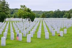 En liten amerikanska flaggan hedrar gravesiten av veteran för ett världskrig II Arkivfoto