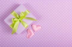 En liten ask med en pilbåge och valentin på en prickbakgrund valentin för dag s Royaltyfria Bilder