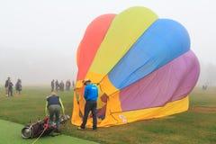 En liten ballong singel-Seat för varm luft, precis når att ha landat royaltyfria bilder
