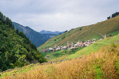 En liten bergstad mellan berg av Georgia Royaltyfria Bilder