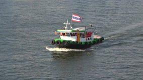 En liten bogserbåt med en thailändsk flagga för fladdra på den Chao Phraya floden thailand stock video