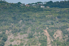 En liten bosättning på kullen av Cinque Terre Royaltyfri Foto