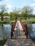 En liten bro över en flod Royaltyfria Bilder