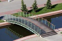 En liten bro över kanalen Arkivfoto