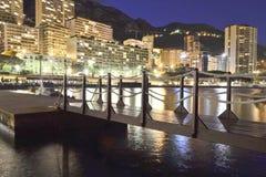 En liten bro vid havet i Monaco på natten Royaltyfri Bild
