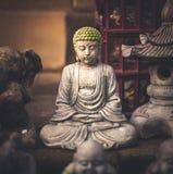 En liten liten Buddhastaty som döljas bort i en marknad fotografering för bildbyråer