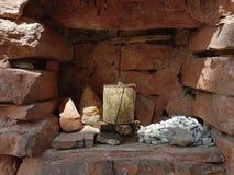 En liten buddistisk bönvals i en nisch i den bruna stenväggen av en tibetan kloster, Kina Arkivfoto