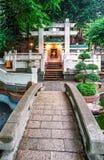 En liten buddistisk tempel med den landskap trädgårds- nära kloster för 10000 Buddha i Sha tenn, Hong Kong Vertikal sikt med sten Arkivfoto