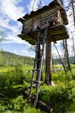 En liten byggnad på en pol Jaga tornet siberia Royaltyfri Foto