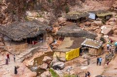 En liten by, consiting främst av shoppar, och restauranger för turisterna, de lilla skydden och mulan parkerar, på den lilla vand arkivbilder