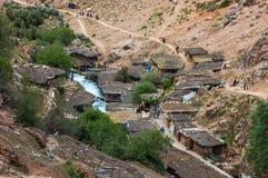 En liten by, consiting främst av shoppar, och restauranger för turisterna, de lilla skydden och mulan parkerar, på den lilla vand arkivfoto