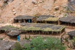 En liten by, consiting främst av shoppar, och restauranger för turisterna, de lilla skydden och mulan parkerar, på den lilla vand royaltyfri fotografi
