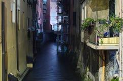 En liten del av den gamla kanalen Bologna Italien Arkivbild