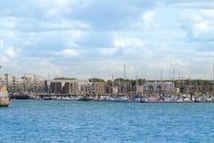 En liten del av marina av staden av Dunkirk med några förtöjde segelbåtar Arkivfoto