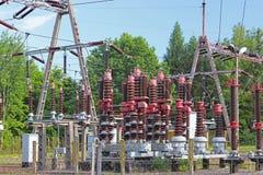 En liten elektrisk transformatorstation i den öppna luften Keramiska isolatorer och trådar för hög spänning den isolerade tecknad royaltyfri bild