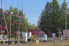 En liten elektrisk transformatorstation i den öppna luften Keramiska isolatorer och trådar för hög spänning den isolerade tecknad arkivfoto