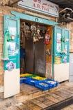 En liten fisk shoppar på marknaden i fästningen i den gamla staden av tunnlandet i Israel Arkivbild