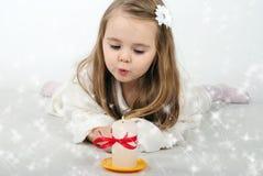 En liten flickaängel med ett stearinljus Royaltyfri Bild