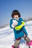 Flicka som leker lyckligt i snowen Arkivbild