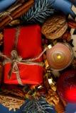 En liten gåvaask för närbild, en brinnande stearinljus, jul klumpa ihop sig white för juldekorisolering ovanför sikt inomhus Royaltyfri Foto