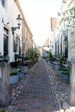 En liten gata i en stad i Nederländerna Royaltyfri Foto