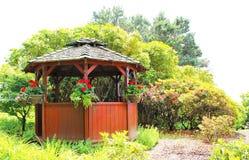 En liten gazebo i en trädgård Royaltyfri Fotografi