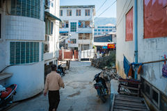 En liten gränd i Mandalay, Myanmar Arkivfoto