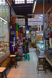 En liten hörngränd inom den Bogyoke Aung San marknaden Arkivfoton