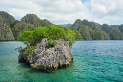 En liten holme nära den Coron ön, Filippinerna arkivfoto