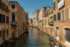 En liten kanal i Venedig, Italien arkivbilder