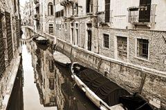 En liten kanal, tappningsepiastil, Venedig Royaltyfri Fotografi