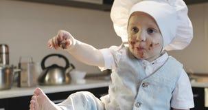 En liten kock suddig i choklad stock video