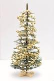 En liten konstgjord julgran dekorerade med dekorativa pärlor Royaltyfri Fotografi