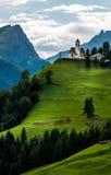 En liten kyrka överst av berget Royaltyfri Bild