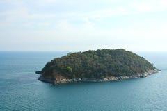 En liten ö ligger av kusten av Phuket Royaltyfri Foto