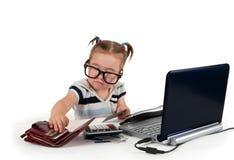 En liten liten flicka med kreditkortar. Arkivbild