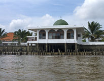 En liten moské på den Musi floden, Palembang, sydliga Sumatra, Indon Royaltyfri Foto