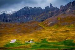 En liten by nästan Seydisfjordur Arkivbilder