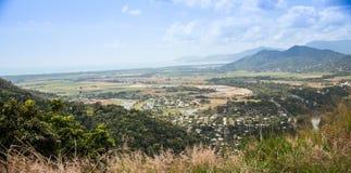 En liten by ner kullen Arkivfoto