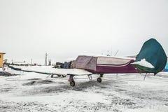 En liten nivå står i ett fall som skyddar det från nederbörd på flygplatsen på flygplatsen i vintern royaltyfri bild