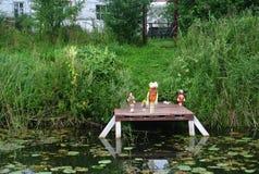 En liten pir för fartyg Lurar leksaker Lake sommar Central Ryssland Royaltyfri Fotografi
