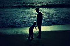 En liten pojke och en tonårig åldrig pojke royaltyfria foton