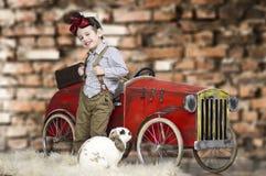 En liten pojke som spelar med kanin Royaltyfri Foto