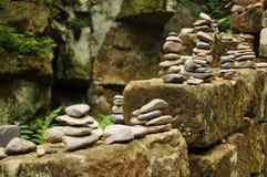 En liten pyramid av kiselstenar Arkivbilder