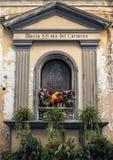 En liten relikskrin till Maria SS mor del Carmine på en smal gata i Sorrento, Italien Fotografering för Bildbyråer