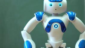 En liten robot med en mänsklig framsida och en humanoid förkroppsligar arkivfilmer