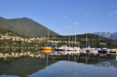 En liten segelbåthed på Caldonazzo sjön Trentino Alto Adige, Italien Royaltyfri Fotografi