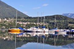 En liten segelbåthed på Caldonazzo sjön Trentino Alto Adige, Italien Fotografering för Bildbyråer